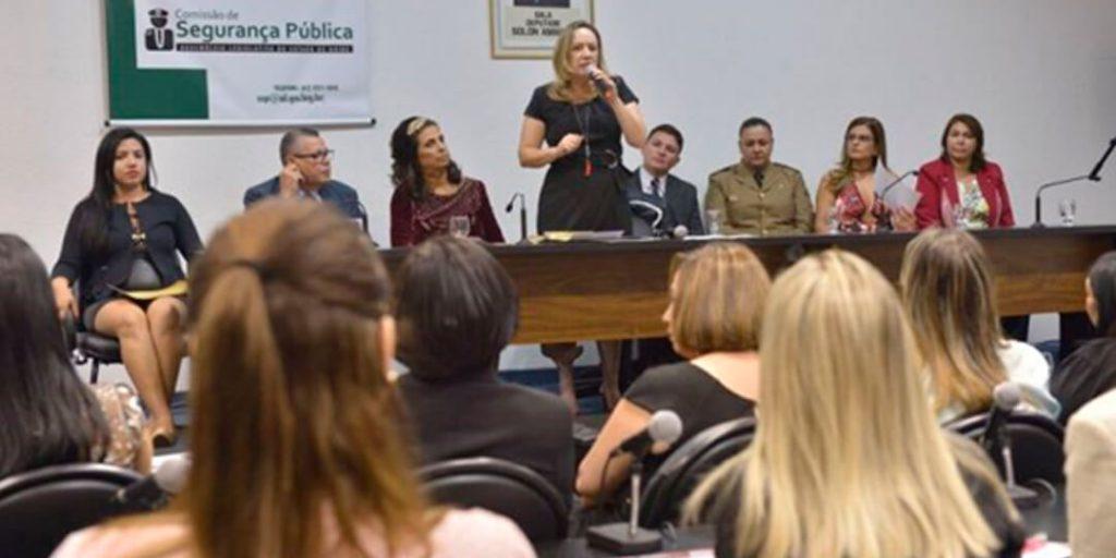 A deputada estadual Delegada Adriana Accorsi (PT), em parceria com a gerência dos Conselhos Comunitários de Segurança (Consegs) da Secretaria de Segurança Pública de Goiás, realizaram na noite de sexta-feira, 4, no Auditório Solon Amaral, a criação do 1º Conseg Mulher do Estado de Goiás.