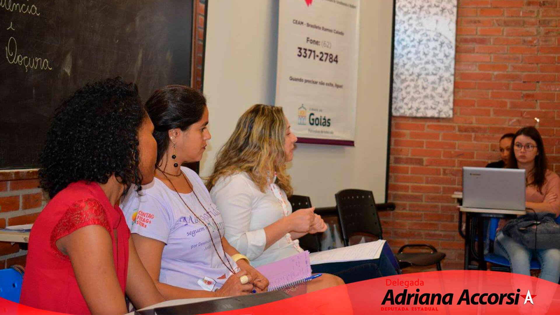 Delegada Adriana Accorsi na UFG de Goiás com alunos do direito