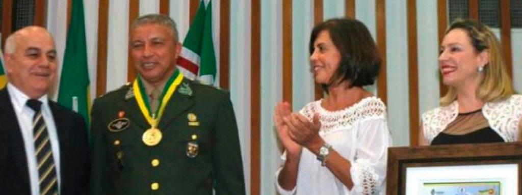 A iniciativa da homenagem partiu dos deputados Delegada Adriana Accorsi (PT), Major Araújo (PRP) e Helio de Sousa (DEM), presidente da Casa.