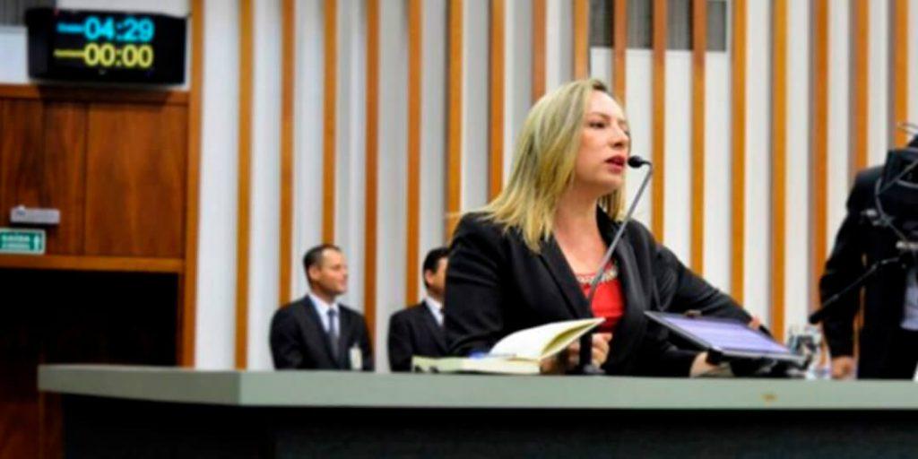 A deputada estadual Delegada Adriana Accorsi apresentou dois requerimentos nesta terça-feira, 16/2, na sessão plenária da Assembleia Legislativa, para equilibrar os quadros da Polícia Militar e da Polícia Civil que estão defasados.