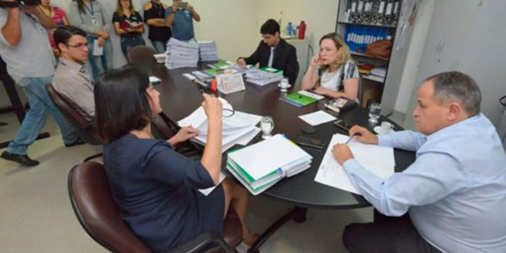 A Comissão Parlamentar de Inquérito (CPI) que investiga casos de violação de direitos de crianças e adolescentes realizou nesta quarta-feira, 13, na Sala José Porfírio, mais uma reunião técnica. Foram tomadas decisões com vistas à conclusão do relatório final da CPI, que será apresentado no dia 4 de maio, em Cavalcante.