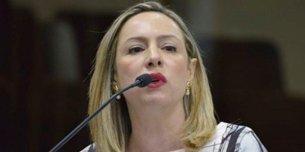 """A deputada estadual Delegada Adriana Accorsi apresentou, na tarde desta quarta-feira, 30/9, projeto de lei que institui o """"Alerta Amber"""", uma política de contingências nas hipóteses de desaparecimentos, raptos, sequestros ou abusos sexuais de crianças e aos adolescentes em Goiás."""