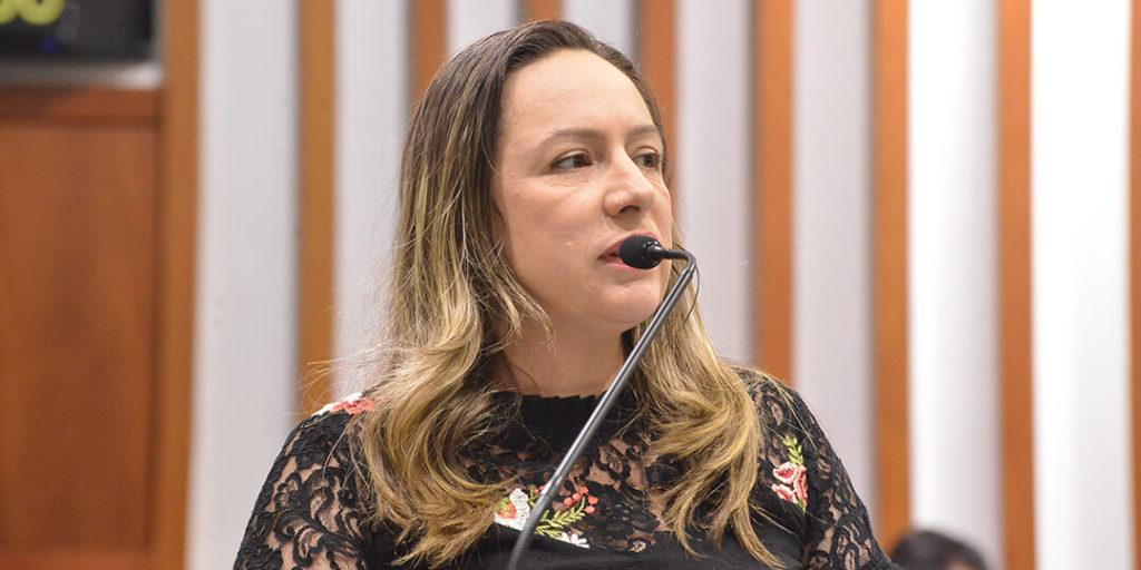 """""""Hoje, no estado de Goiás, mais de 100 cidades não têm delegado de polícia para investigar crimes. Nós temos delegacias de proteção às mulheres em somente 10% das cidades de Goiás, uma das menores estatísticas do País, enquanto somos um dos estados mais violentos para mulheres e o segundo estado em assassinato por violência de gênero do País"""", afirmou."""